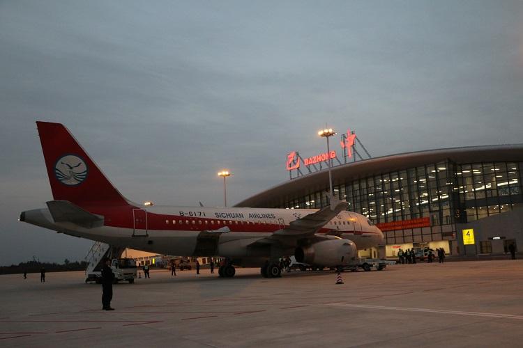 巴中恩阳机场通航 83岁老奶奶成首批乘客激动不已