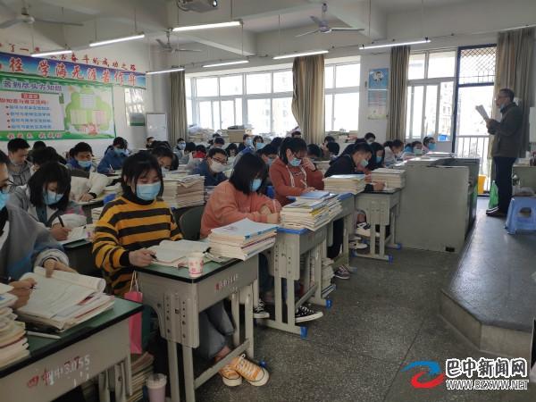 巴中高中学生全面复课 食堂间隔贴号单侧入座