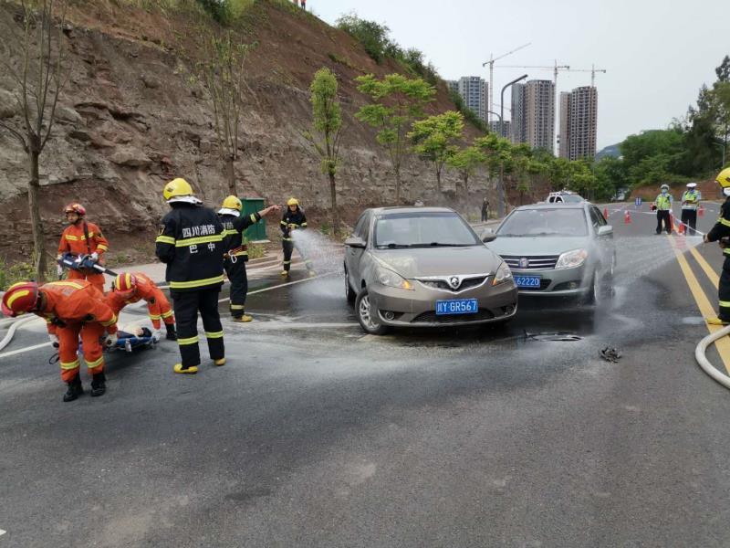 巴中交警部门组织开展交通事故应急救援实战演练活动