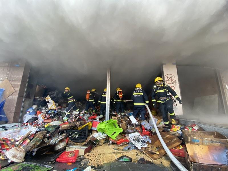 巴中一门市发生火灾 消防紧急处置